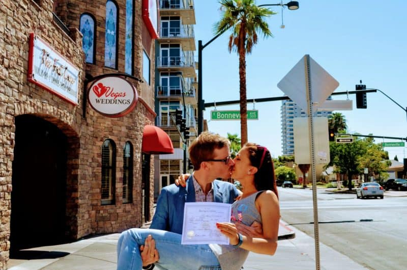 get married in las vegas couple kissing vegas weddings